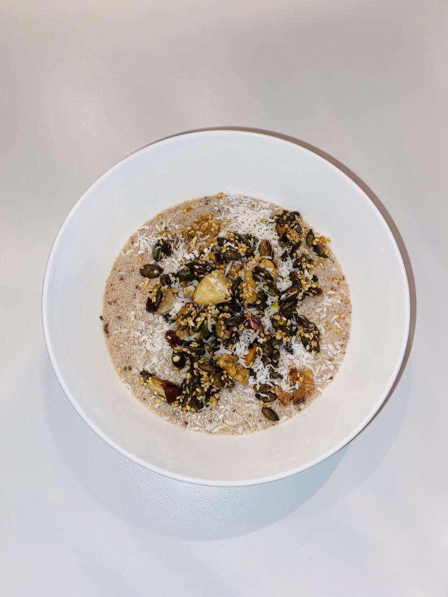 Amandelpap ontbijt met noten pitten en zaden