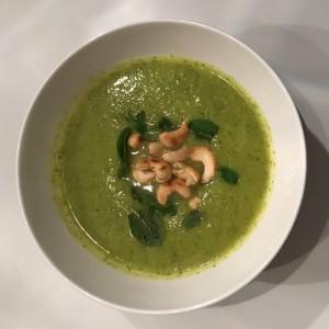 Broccoli avocado pastinaak soep met munt en cashewnoten