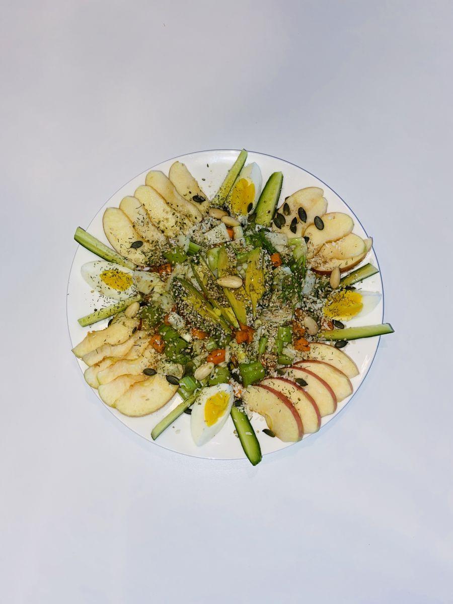 Gezonde salade met fruit en vezelige groenten