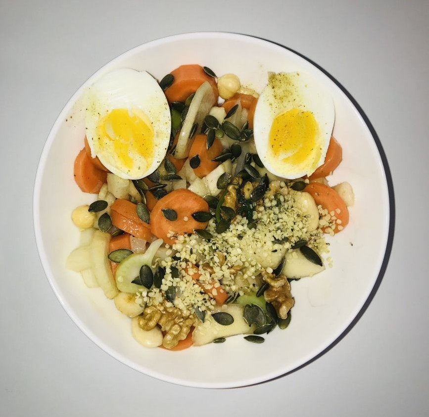 Warm ontbijt met peer groenten en noten