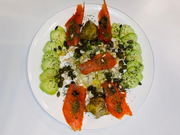 Wilde gerookte zalm salade met pesto